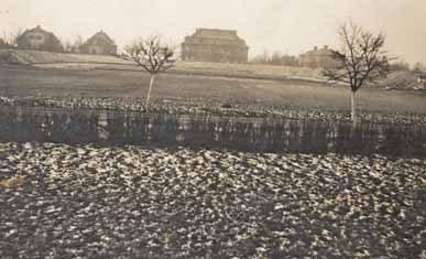 Staveniště stadionu pohledem z dnešní třídy T. G. Masaryka